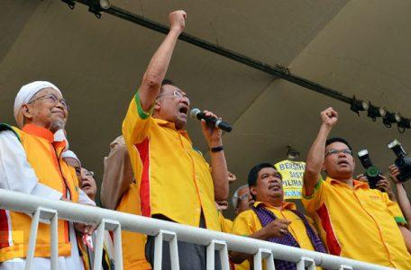 Malaysia Anwar opposition leader alogans grand 456x300 - Anwar Plays Pollster At Kuching Airport